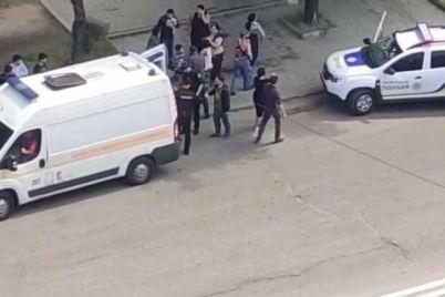 v-zaporozhe-neskolko-desyatkov-lyudej-napali-na-avtomobil-medikov-na-meste-rabotali-4-ekipazha-patrulnoj-policzii.jpg