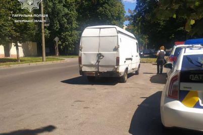 v-zaporozhe-netrezvyj-voditel-podkinul-vzyatku-policzejskim.jpg