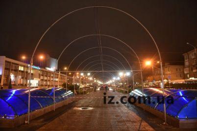 v-zaporozhe-novogodnie-arki-pod-yarkuyu-illyuminacziyu-vozvrashhayut-na-mesto-foto.jpg