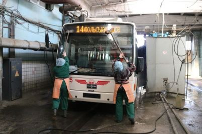 v-zaporozhe-obshhestvennyj-transport-iz-za-ugrozy-koronavirusa-dvazhdy-v-sutki-kupayut-foto-video.jpg