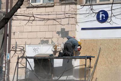 v-zaporozhe-ochishhayut-ot-kraski-fasad-pamyatnika-arhitektury-na-prospekte-sobornom.jpg
