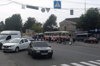 v-zaporozhe-oshtrafovali-voditelya-kotoryj-brosil-avto-pochti-na-peshehodnom-perehode.jpg