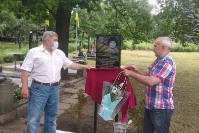 v-zaporozhe-otkryli-memorialnyj-znak-v-pamyat-o-pogibshih-volonterah-foto.jpg