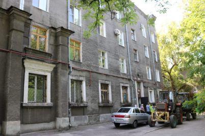 v-zaporozhe-otremontiruyut-truby-i-krovlyu-v-starom-dome.jpg
