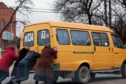 v-zaporozhe-passazhiry-tolkali-marshrutku-chtoby-poehat-na-nej.jpg