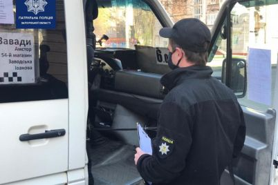 v-zaporozhe-patrulnaya-policziya-proveryala-u-passazhirov-transporta-nalichie-speczpropuskov-vo-vremya-rejdafoto.jpg