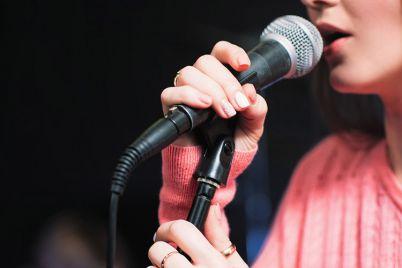 v-zaporozhe-pensionerka-pela-karaoke-pryamo-v-marshrutke-video.jpg