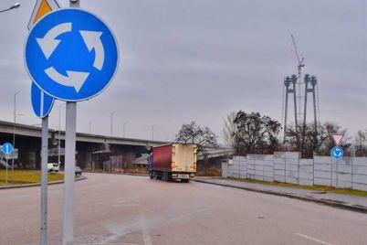 v-zaporozhe-pered-mostom-preobrazhenskogo-ustanovili-novye-znaki-foto.jpg