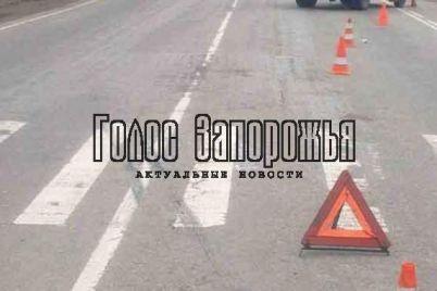 v-zaporozhe-peshehod-vnov-okazalsya-pod-kolyosami-avto-na-zebre-foto.jpg