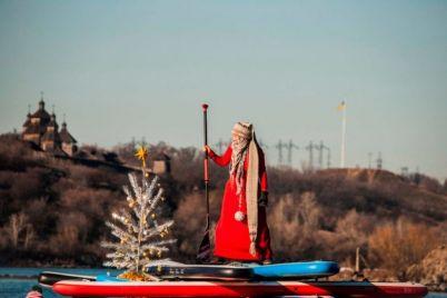 v-zaporozhe-po-dnepru-plavali-dedy-morozy-na-bajdarkah-foto.jpg