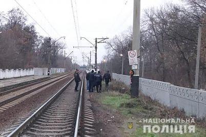 v-zaporozhe-pod-poezd-ugodil-muzhchina-razyskivayutsya-svideteli-smertelnoj-avarii-foto.jpg