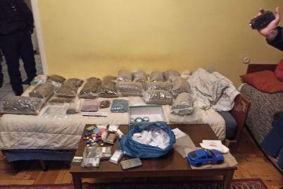 v-zaporozhe-pod-sud-otpravyat-muzhchinu-kotoryj-poluchal-na-pochte-konservnye-banki-s-narkotikami.jpg
