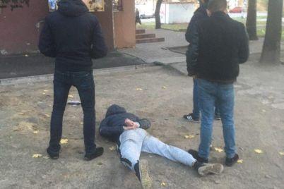 v-zaporozhe-policzejskie-ulozhili-liczom-v-asfalt-grabitelej-kotorye-na-nih-napali.jpg
