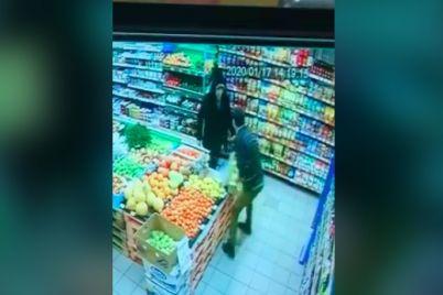 v-zaporozhe-posetitel-ranil-nozhom-sotrudnika-supermarketa-video.jpg