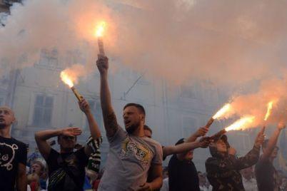 v-zaporozhe-posle-matcha-ligi-evropy-futbolnye-fanaty-ustroili-massovye-besporyadki-video.jpg