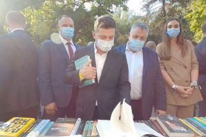 v-zaporozhe-prezident-ukrainy-kupil-knigu-rossijskogo-izdatelstva-foto.jpg