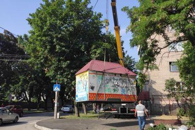 v-zaporozhe-pri-pomoshhi-poduemnogo-krana-demontirovali-nezakonnyj-kiosk.jpg