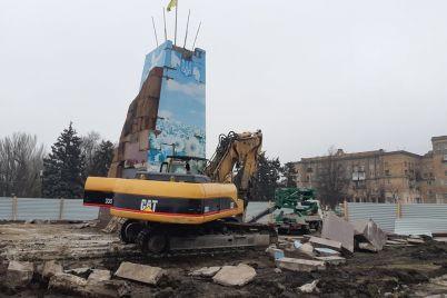v-zaporozhe-prodolzhayut-razbirat-postament-na-kotorom-stoyal-lenin-fotoreportazh.jpg