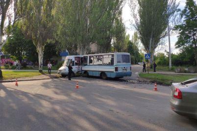 v-zaporozhe-proizoshlo-dtp-s-uchastiem-marshrutok-postradali-oba-voditelya.jpg