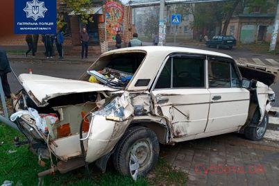 v-zaporozhe-proizoshlo-sereznoe-dtp-s-uchastiem-gruzovika-i-legkovushki-podrobnosti-proisshestviya-foto.jpg