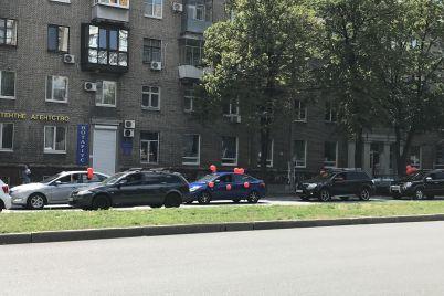 v-zaporozhe-proshel-avtoprobeg-s-krasnymi-sharami.jpg