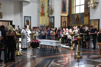 v-zaporozhe-prostilis-s-nastej-kovalevoj-devushku-pohoronyat-v-belom-grobu.jpg
