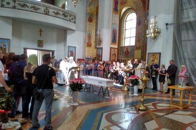 v-zaporozhe-prostilis-s-pogibshej-ot-ruk-lyubimogo-muzhchiny-devushki-foto-video.jpg