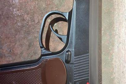 v-zaporozhe-pyanyj-muzhchina-strelyal-iz-pistoleta-po-oknam-doma-naprotiv-foto.jpg