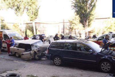 v-zaporozhe-pyanyj-voditel-vaza-protaranil-dva-priparkovannyh-avto-podrobnosti.jpg