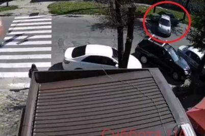 v-zaporozhe-razyskivayut-avtoledi-kotoraya-vrezalas-v-chuzhuyu-mashinu-i-skrylas-s-mesta-proisshestviya-video.jpg
