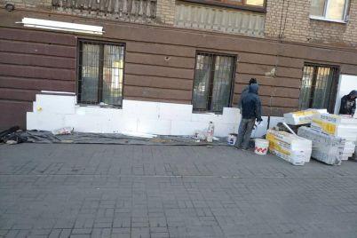 v-zaporozhe-reshili-samovolno-zashit-plastikom-fasad-doma-kotoryj-vhodit-v-areal-soczgoroda.jpg