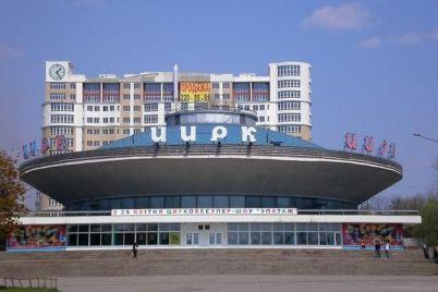 v-zaporozhe-ryadom-s-czirkom-deti-riskuyut-provalitsya-pod-zemlyu-foto.jpg