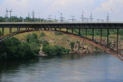 v-zaporozhe-s-arochnogo-mosta-upal-muzhchina.jpg