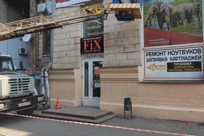 v-zaporozhe-s-fasada-istoricheskogo-doma-ubrali-reklamnye-vyveski.jpg