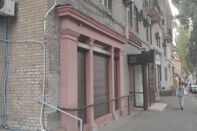 v-zaporozhe-s-odnogo-doma-demontirovali-bolshe-30-ti-reklamnyh-vyvesok-foto.jpg