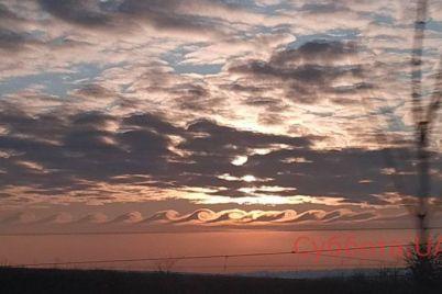 v-zaporozhe-sfotografirovali-oblaka-v-forme-voln-foto.jpg