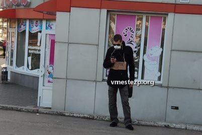 v-zaporozhe-sfotografirovali-spekulyanta-s-mediczinskimi-maskami.jpg