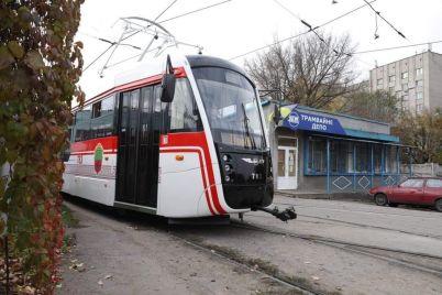v-zaporozhe-sobrali-novyj-tramvaj-s-obnovlyonnym-dizajnom-foto.jpg