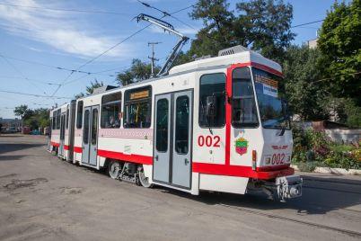 v-zaporozhe-soshel-s-relsov-municzipalnyj-tramvaj-foto.jpg