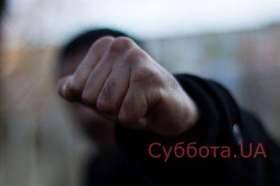 v-zaporozhe-sred-bela-dnya-muzhchinu-zhestoko-izbili-i-ograbili.jpg
