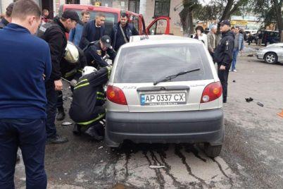 v-zaporozhe-stolknulis-legkovushki-zhenshhinu-iz-pokorezhennogo-avto-dostavali-spasateli.jpg