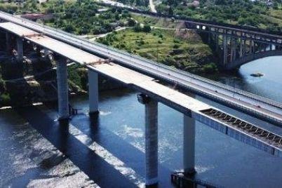 v-zaporozhe-stroiteli-zakanchivayut-nadvizhku-balochnogo-mosta.jpg
