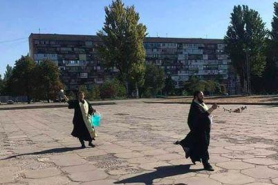 v-zaporozhe-svyashhenniki-osvyatili-ploshhad-posle-provedeniya-lgbt-prajda.jpg