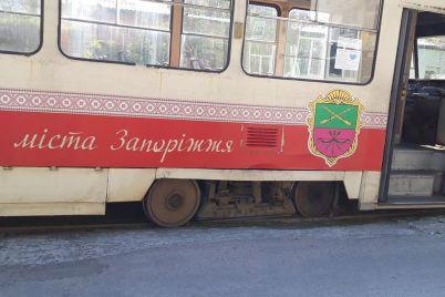 v-zaporozhe-tramvaj-soshel-s-rels-elektrotransport-stoit-v-probke-foto.jpg