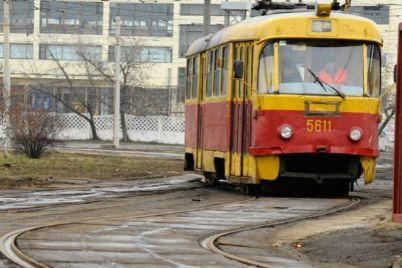 v-zaporozhe-tramvay-soshel-s-rels.jpg