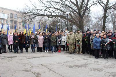 v-zaporozhe-troekratnyj-oruzhejnyj-zalp-prozvuchal-i-v-chest-zverskogo-navodchika-foto.jpg