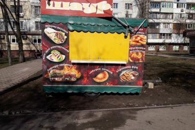 v-zaporozhe-ubrali-nezakonnyj-kiosk-s-shaurmoj-foto.jpg