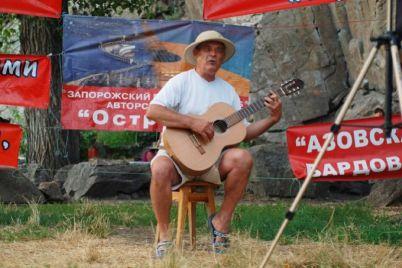 v-zaporozhe-uchastniki-festivalya-poyushhij-ostrov-peli-v-temnote-i-bez-mikrofona.jpg