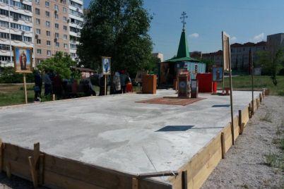 v-zaporozhe-upcz-mp-sobiraetsya-postroit-na-peskah-v-zone-zhiloj-zastrojki-hram-s-petrikovskoj-rospisyu.jpg