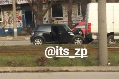 v-zaporozhe-v-dtp-stolknulis-mini-kuper-i-busik-foto.jpg